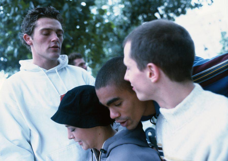 Gruppe unge mennesker som snakker sammen.