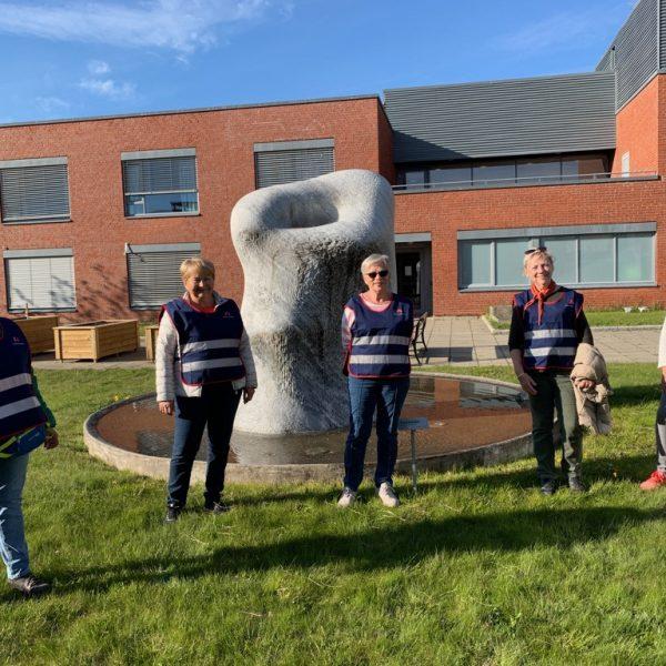 fire kvinner stående foran sykehjem, de har på seg refleksvester hvor det står Norske kvinners sanitetsforening